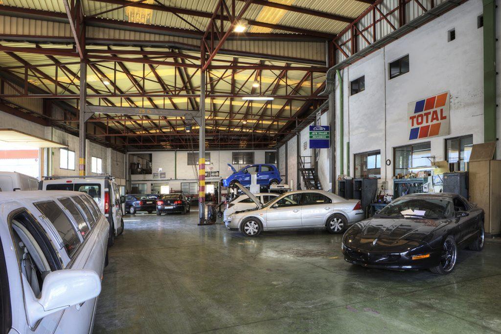 Interior del taller de Mecánicos Valencia